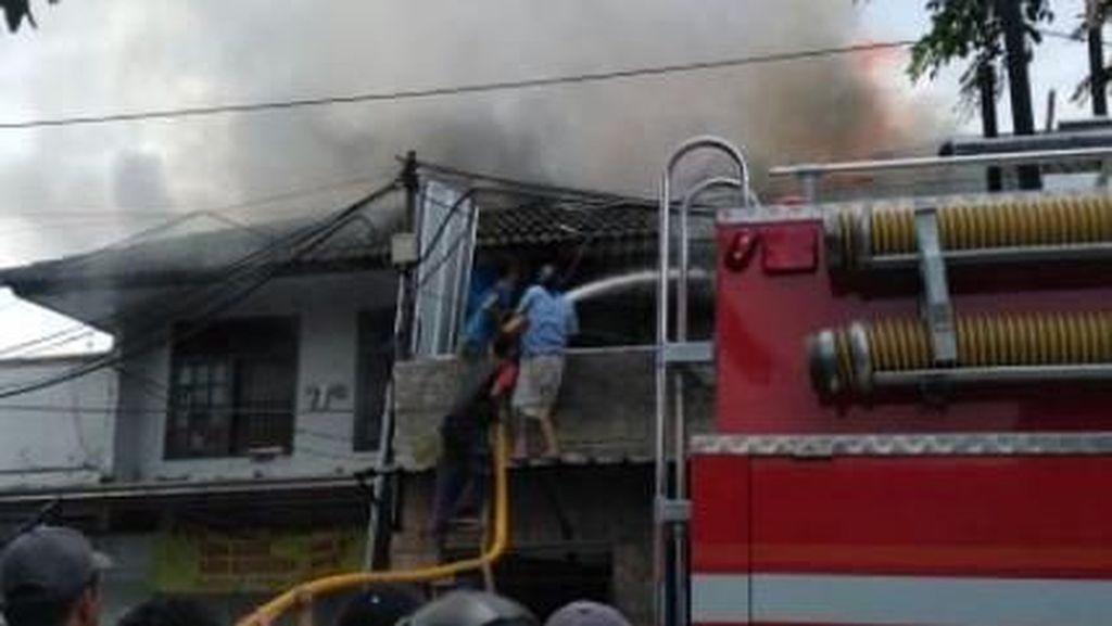 Ruko Terbakar di Duren Sawit, 12 Unit Damkar Dikerahkan