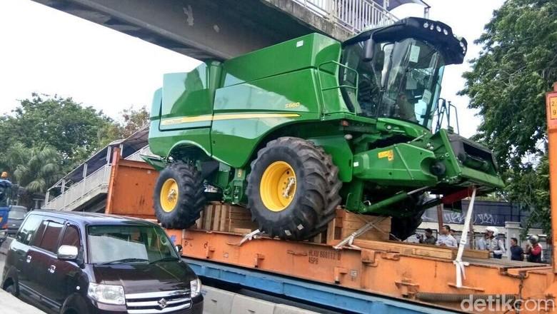 Truk Muatan Traktor Nyangkut di - Jakarta Truk bermuatan alat berat tersangkut di jembatan penyebrangan orang di Jalan Yos Jakarta Lalu lintas di lokasi