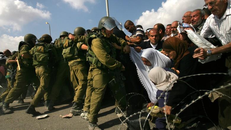 Bentrokan Mematikan Pecah Setelah Salat - Jakarta terjadi antara pengunjuk rasa dari Palestina dan pasukan keamanan Israel usai melakukan ibadah salat Jumat di sekitar