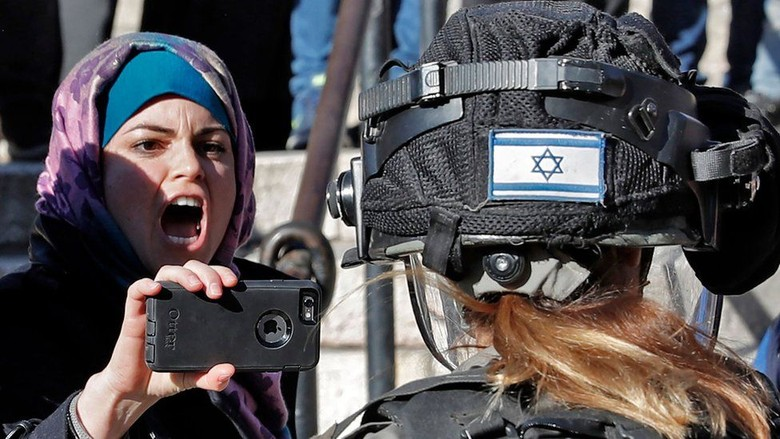 Serempak Memprotes Keputusan dari Istanbul - Jakarta Israel mencoba membubarkan massa pemrotes di kawasan Kota Tua hari Jumat protes menentang keputusan Presiden Trump mengakui