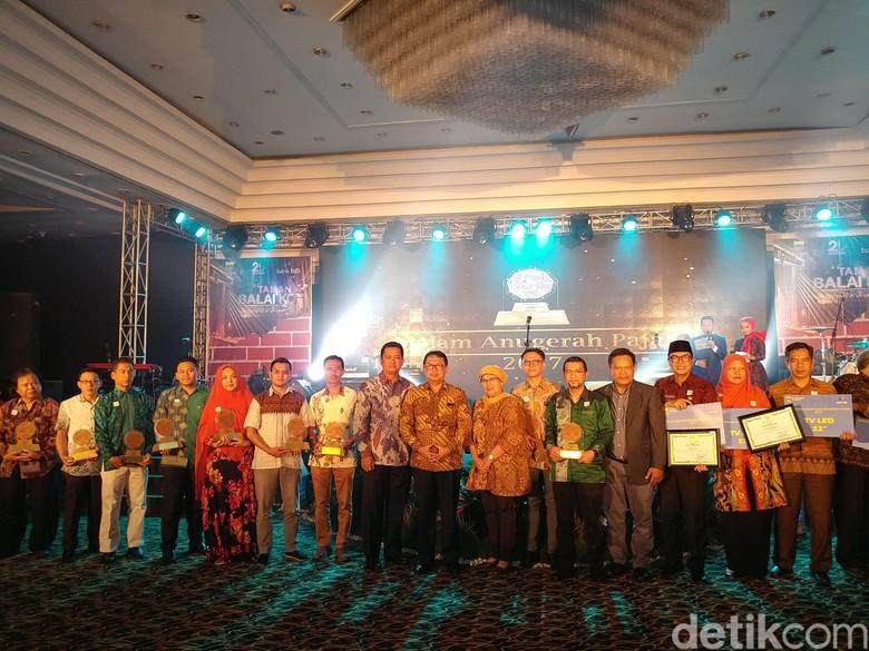 Karaoke Hingga Bioskop di Kota - Bandung Pengelola Pendapatan Daerah Kota Bandung memberikan penghargaan terhadap para pelaku pajak yang telah berkontribusi pada Kota Bandung
