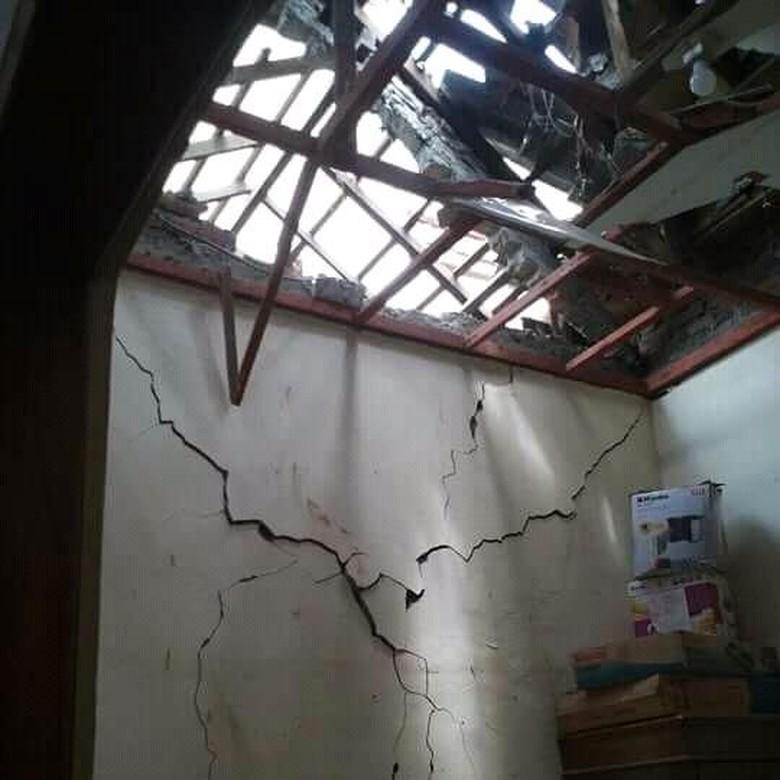 Tim Labfor Selidiki Penyebab Ledakan - Kondisi rumah setelah terkena ledakan Mojokerto ledakan yang disebut warga mirip bom di rumah Jalan Rajekwesi I No