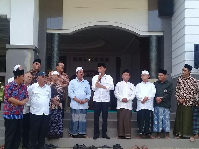 Jokowi Minta Santri dan Warga - Jakarta Presiden Joko Widodo meminta para santri di Pacitan dan warga untuk tidak terpecah belah karena perbedaan pendapat