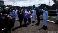 Pisah-Sambut Panglima TNI, Jenderal Gatot Dikalungi Bunga