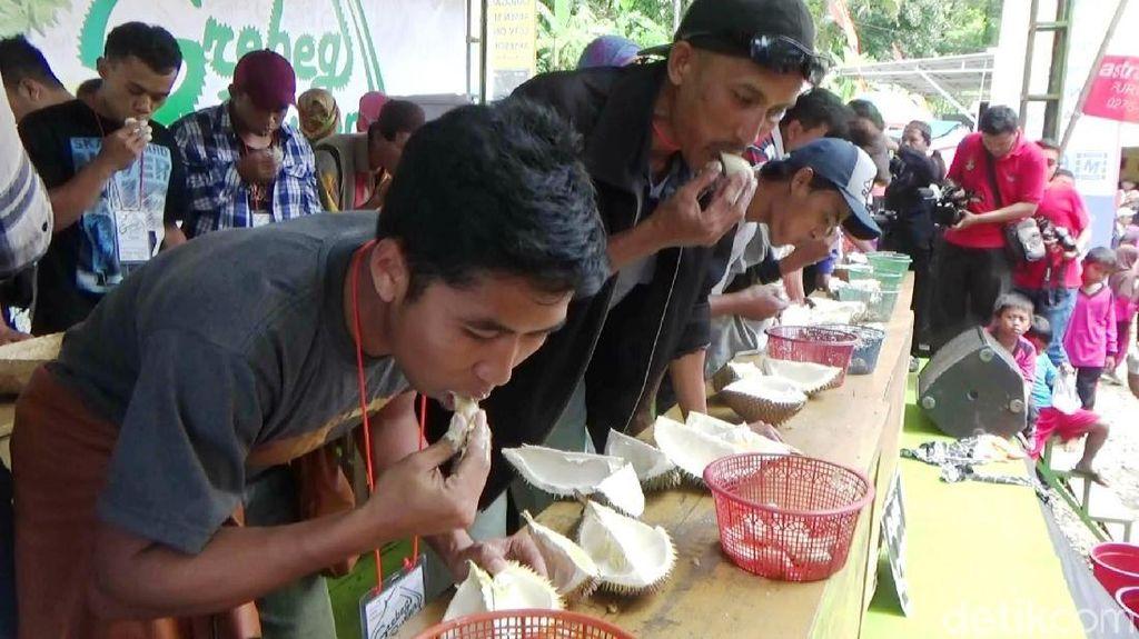 Meriahnya Lomba Makan Durian di Purworejo