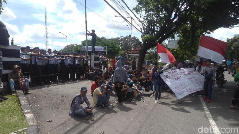 Demo Tolak Bandara Kulon Mahasiswa - Sleman Massa dari mahasiswa jaringan solidaritas Aliansi Tolak Bandara Kulon Progo kembali berdemo di depan kantor PT Angkasa