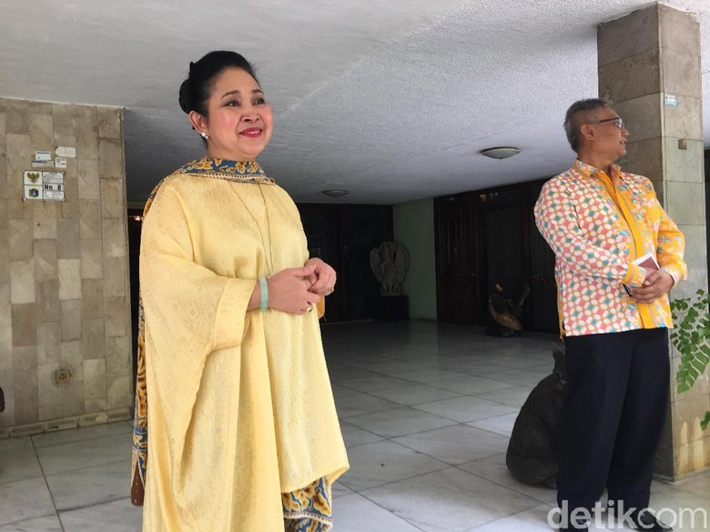 Titiek Soeharto Undang Sesepuh Golkar - Jakarta Putri Presiden RI Siti Hediati Hariyadi alias Titiek mengundang para sesepuh Setidaknya politikus senior diundang ke kediamannya