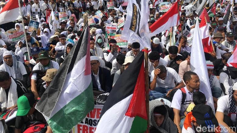 Massa PKS Gelar Aksi Bela - Jakarta dari PKS menggelar aksi bela Palestina di depan Kedubes Jalan Merdeka Jakarta Aksi tersebut sebagai bentuk kecaman