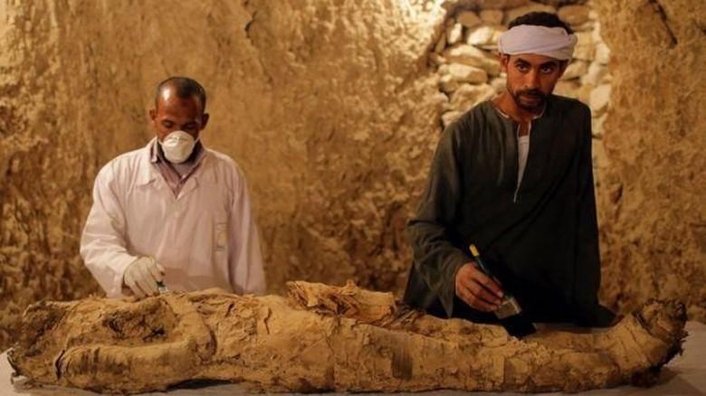 Makam Kuno Kerajaan Mesir dari - Luxor Para arkeolog Mesir menemukan makam kuno di bagian selatan Diperkirakan makam tersebut berasal dari kerajaan di Mesir