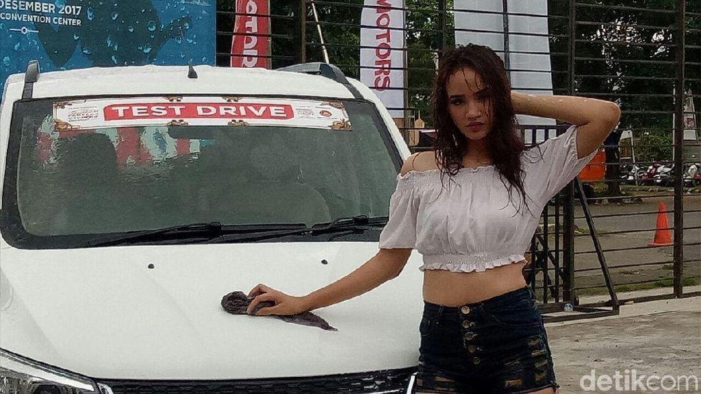 Cewek Seksi Cuci Mobil Bikin Heboh Pameran Otomotif Makassar