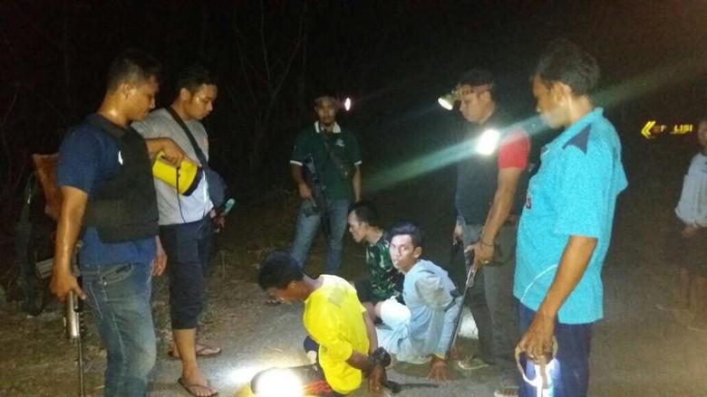 Resahkan Warga Pencuri Sapi Bersenjata - Jakarta Reskrim Polres Bima Kota menangkap tiga orang pelaku pencurian sapi yang kerap meresahkan Dari para polisi menyita