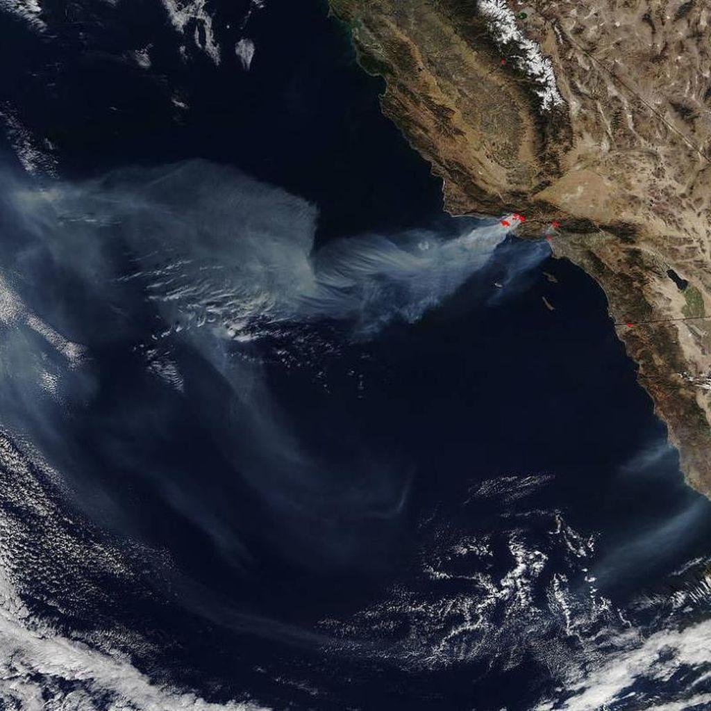 Penampakan Kebakaran California dari Luar Angkasa