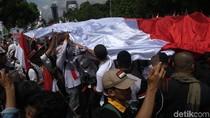 Massa PKS Bentangkan Bendera RI dan Palestina Raksasa ke Patung Kuda