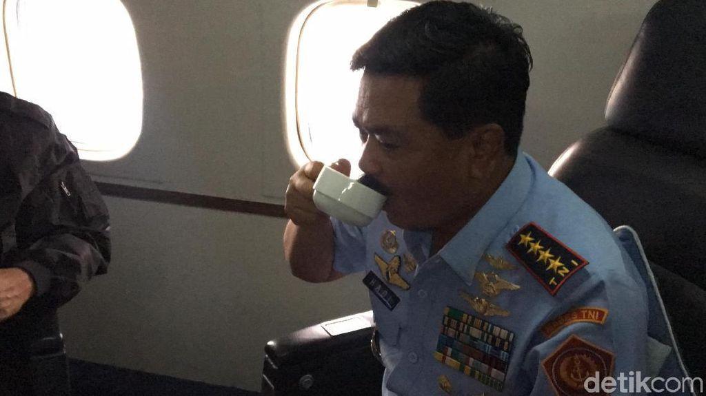 Momen Panglima TNI Seruput Kopi 'Baringga' di Udara