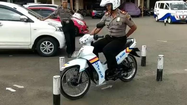 Polisi Ini Kendarai Motor Hanya - Jakarta Praktik ujian SIM C masih menjadi momok bagi sejumlah Sebab mereka harus lulus melewati rintangan dalam Namun