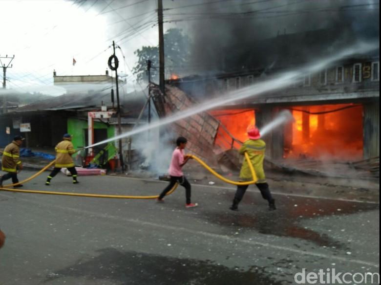 Toko Kelontong di Sukabumi Pemilik - Sukabumi Kelontong di Pasar Jawa Barat habis Minggu pukul Api berhasil dipadamkan sekitar dua Pemilik toko menduga penyebab