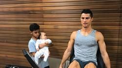 Menjadi peraih Ballon dOr, Cristiano Ronaldo harus tetap menjaga kebugaran tubuhnya. Ternyata seperti ini gaya hidupnya, sehat nggak ya?