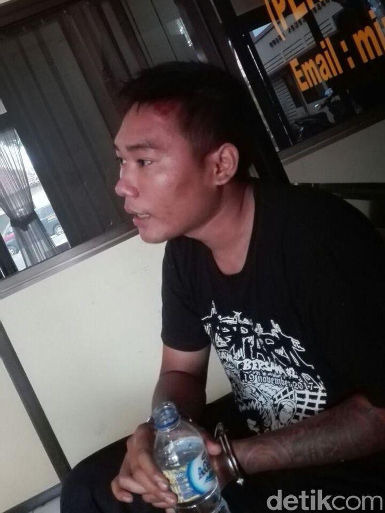Image result for Zainal Abidin diamankan petugas. (Foto: Wikha Setiawan/detikcom)
