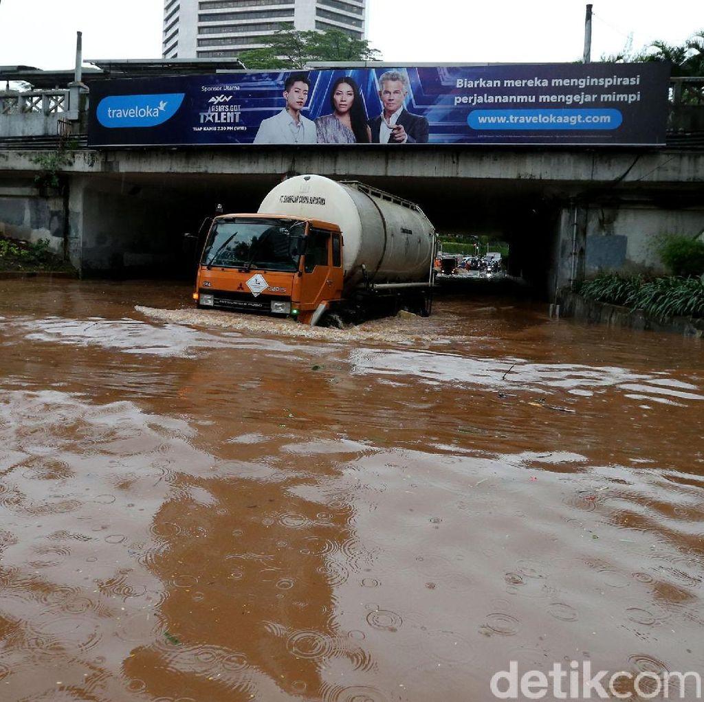 Underpass Dukuh Atas Banjir, Lalu Lintas Putus