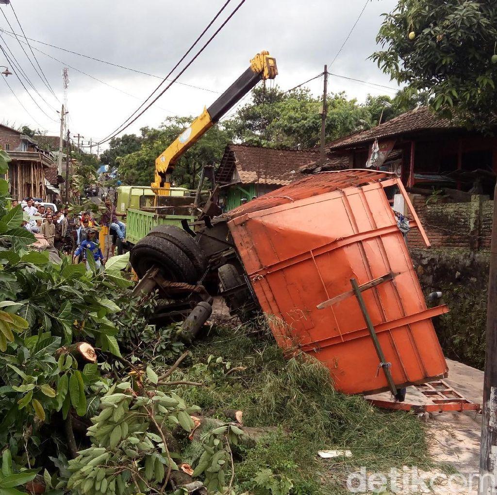 Evakuasi Bangkai Truk Tabrak Rumah di Semarang Butuh Waktu 4,5 Jam