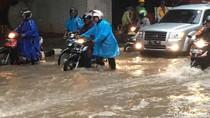 Genangan di Dekat Balai Kartini, Motor Mogok dan Jalanan Macet
