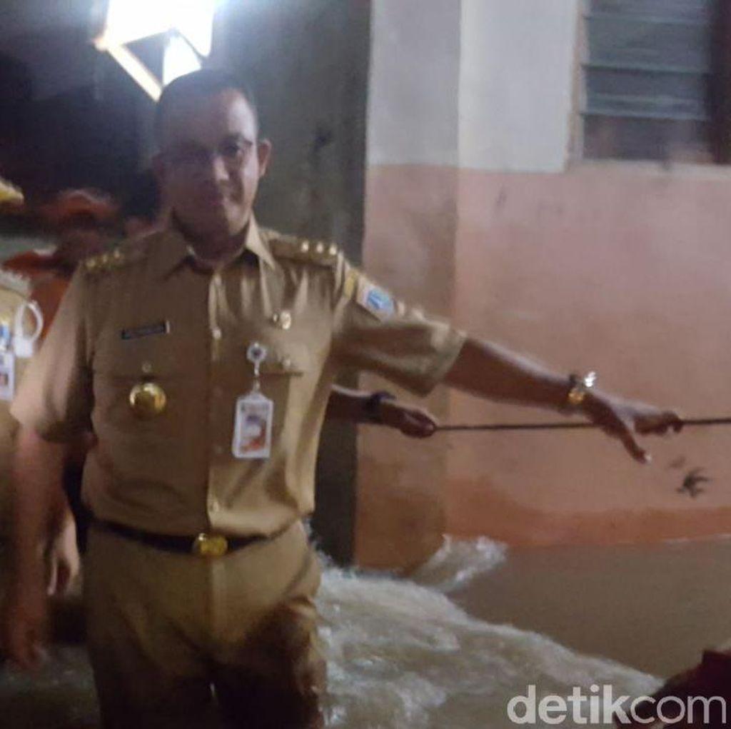 Tanggul Jatipadang Jebol Lagi, Anies Susuri Banjir Temui Warga