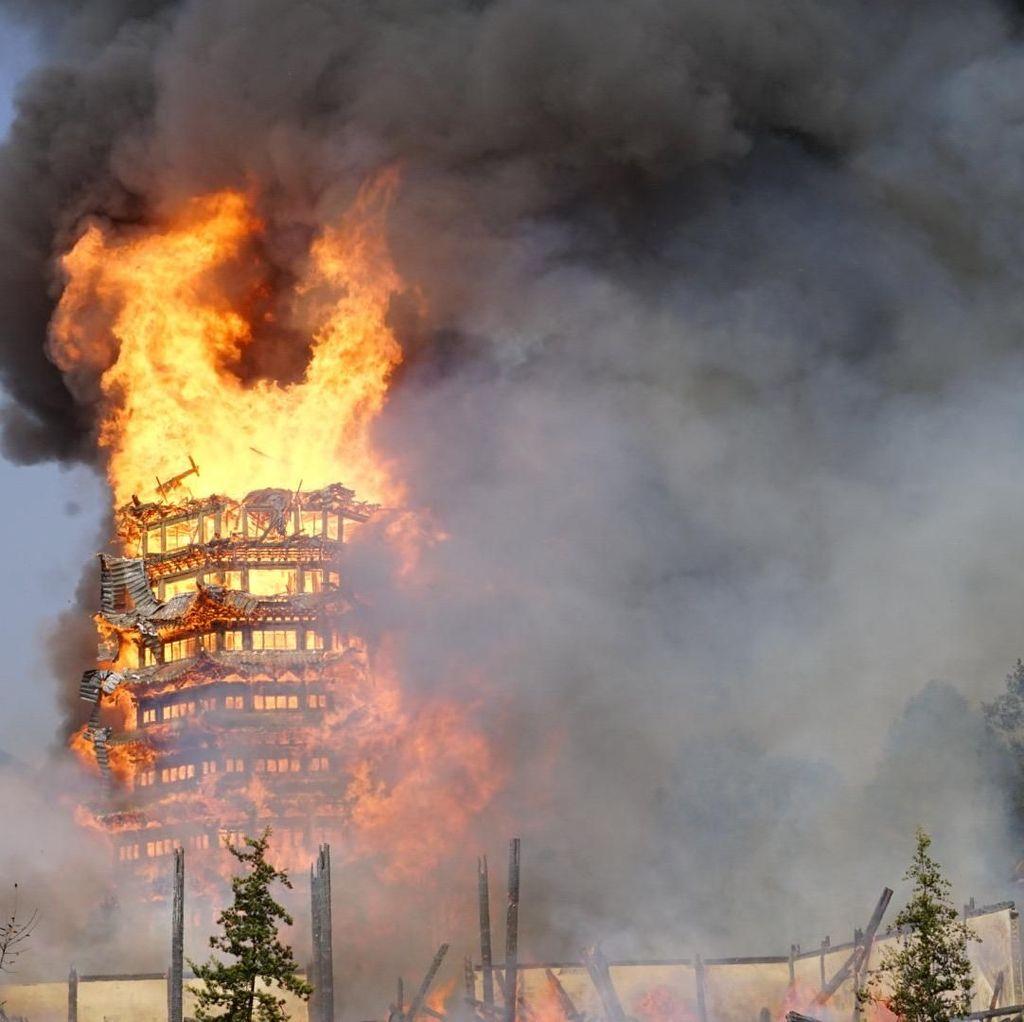 Api Membara Runtuhkan Pagoda di China
