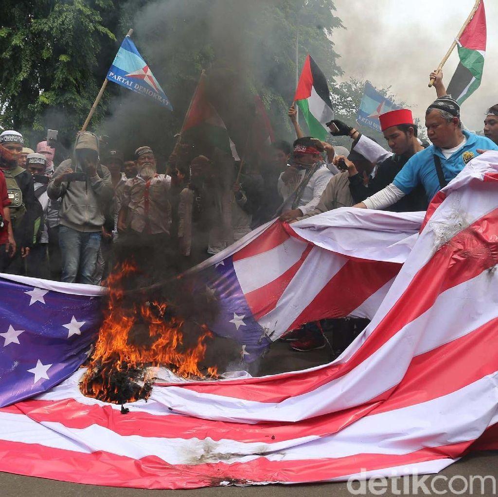 Demo di Kedubes AS, Foto Trump dan Bendera AS Dibakar