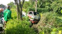 Ban Kiri Meletus, Truk Tangki Air Terperosok ke Selokan