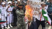 Massa Bela Palestina di Depan Kedubes AS Bakar Boneka Trump