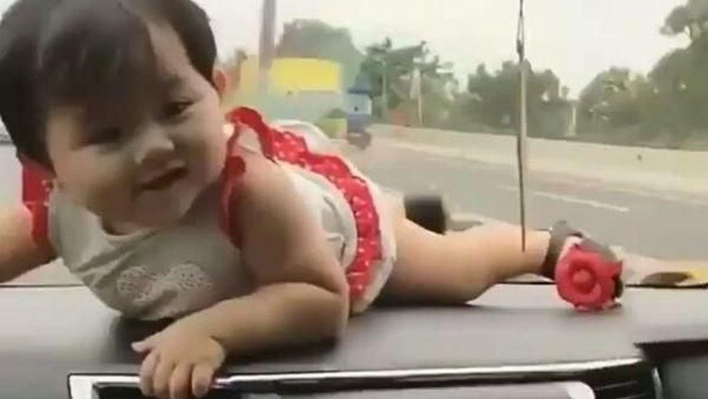 Tega, Orang Tua Ini Taruh Anak Bayi di Dasbor Mobil