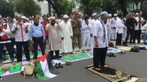 Massa Bela Palestina Salat Berjemaah di Depan Kedubes AS