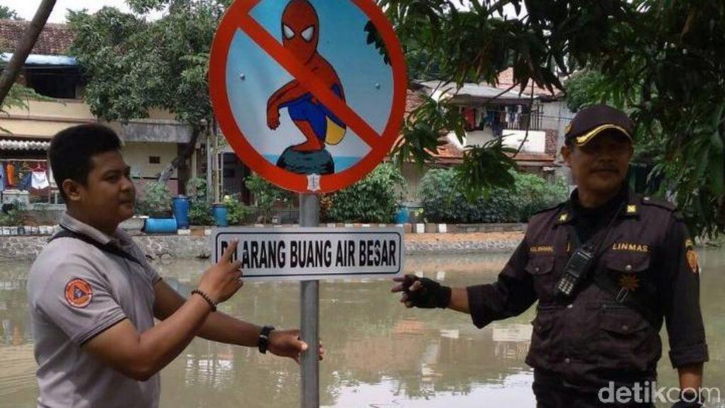 Hii... Ada Rambu Spiderman Dilarang BAB di Sungai Kalimas