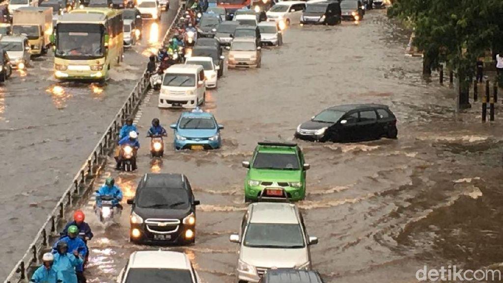 Polda Metro Kerahkan Tim Untuk Urai Macet Akibat Hujan Deras