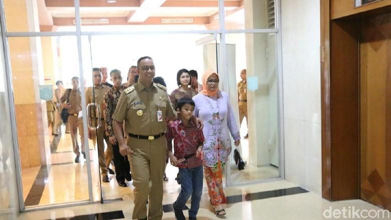 Hadiri Anies Ditemani Istri dan - Jakarta Gubernur DKI Jakarta Anies Baswedan menghadiri gelaran Jakarta Craft ke yang digelar di Gedung Blok G Balai