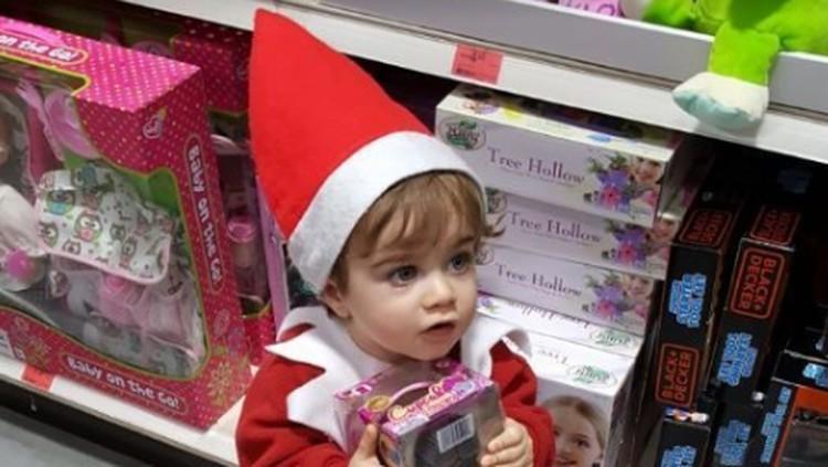Aksi Menggemaskan Bocah 18 Bulan Saat Jadi Boneka Natal