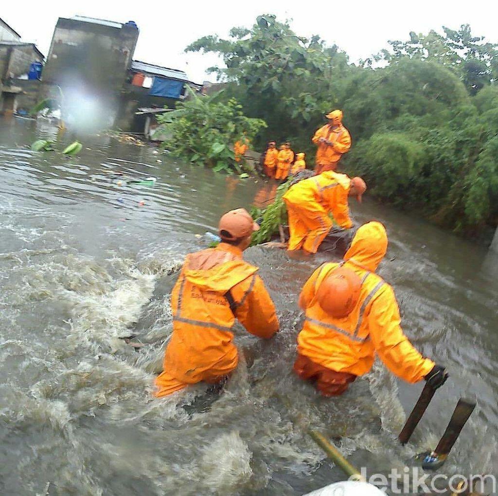 Perjuangan Pasukan Oranye Tahan Tanggul Jebol di Jatipadang