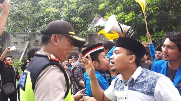 Mahasiswa Demo Konjen AS di Surabaya Kecam Trump