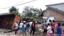Diduga Rem Blong, Truk Gandeng Tabrak Rumah Warga di Semarang