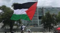 Tinggalkan Kedubes AS, Pendemo Kibarkan Bendera Palestina Raksasa
