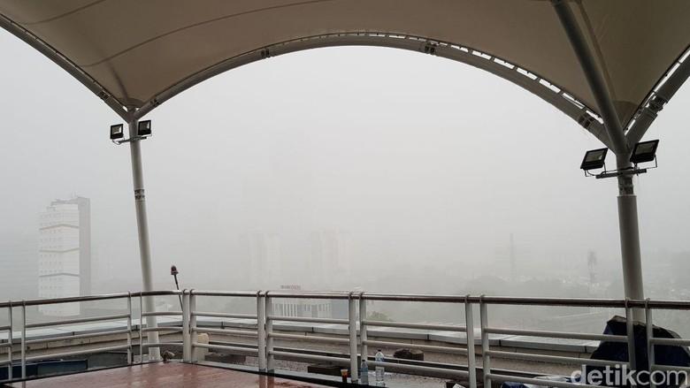 Hujan Deras Hingga Tak Terlihat - Jakarta Hujan deras yang disertai angin melanda Jakarta Jarak pandang menjadi deras yang terbilang mendadak mengguyur wilayah Jakarta