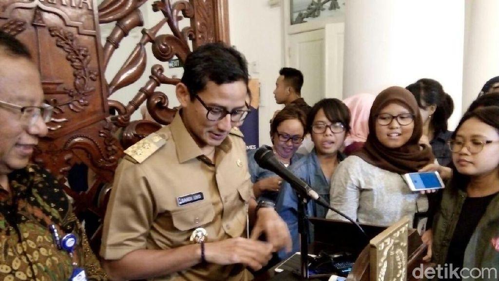 Viral, Foto Sandiaga Uno Pakai Lip Balm Saat Wawancara dengan Wartawan