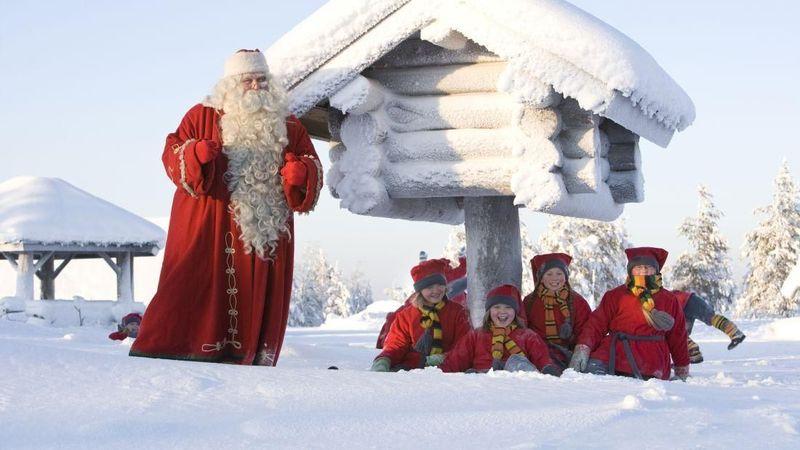 Finlandia punya lokasi tersendiri untuk rayakan natal, yaitu Rovaniemi di utara Lingkaran Arktik. Bisa dibilang, tempat ini adalah markas Natal Finlandia. Akan ada banyak anak-anak yang memanggang kue jahe dengan sinterklas (Courtesy visitrovaniemi.fi)