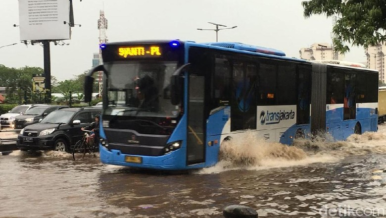 Potret Jalanan Jakarta Tergenang Pasca Hujan Ekstrem