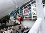 Antisipasi Musim Hujan, JPO di Jalan Kramat Raya Diperbaiki