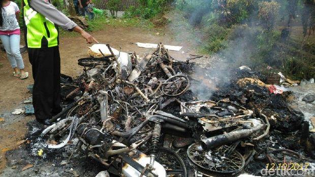 3 Motor, 2 sepeda angin dan pakaian dibakar/