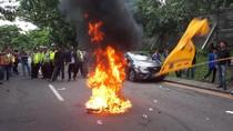 Demo Konjen AS di Surabaya, Massa PMII Bakar Ban
