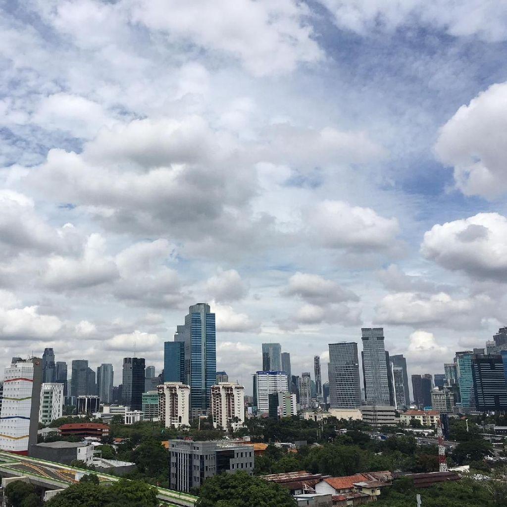 Foto: Terik dan Awan di Langit Jakarta Pasca Hujan Ekstrem