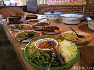 Mencicip Masakan Tradisional di Kafe Kuno yang Kekinian