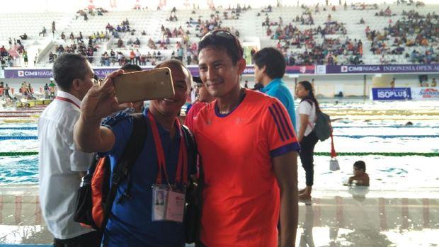 Sandi berswafoto bersama atlet.